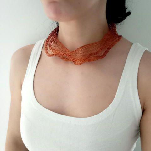 Collar corto tejido en cobre